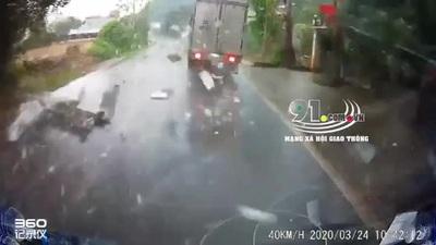 Xe tải lĩnh hậu quả vì vượt ẩu