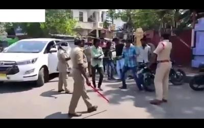 Cảnh sát Ấn Độ quất roi người ra đường trong thời gian phong tỏa
