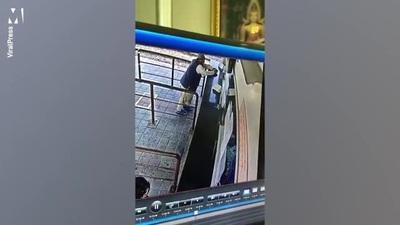 Người đàn ông mang bệnh covid-19 nhổ nước bọt vào hành khách mua vé tàu