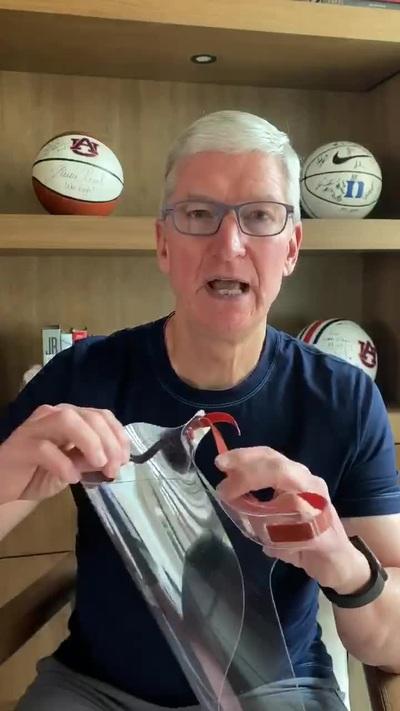 CEO Tim Cook khoe tấm chắn ngăn giọt bắn do Apple thiết kế