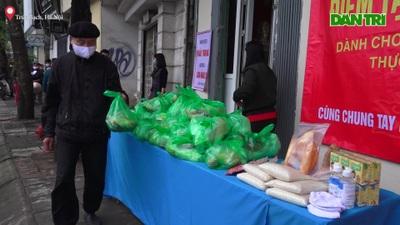 Phường Trúc Bạch phát hàng trăm suất quà miễn phí giữa dịch Covid-19