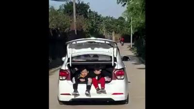 Cho trẻ ngồi khoang hành lý ô tô - Chiều con như thế quá bằng hại con