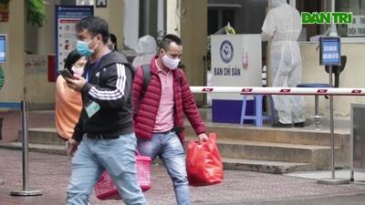 Hà Nội: Trẻ sơ sinh rời viện sản trong cảnh áo mưa, chăn trùm kín