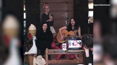 Các con gái của Demi Moore cùng vui vẻ ca hát ở nhà