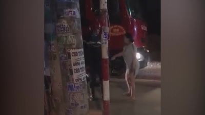 Người phụ nữ ra sức chặn xe cứu hỏa