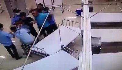 Video ghi lại cảnh người nhà bệnh nhân hành hung bảo vệ bệnh viện