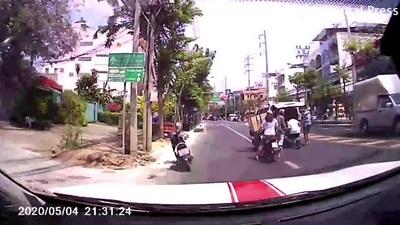 Video gây sốc: Bệnh nhân rơi khỏi xe cứu thương trên đường phố Bangkok