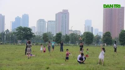 """Hà Nội: Hàng trăm người vào """"khu vực riêng, cấm xâm phạm"""" để thả diều"""
