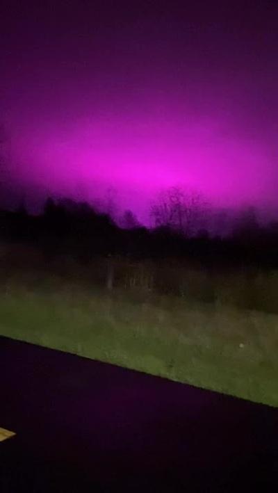 Bí ẩn bầu trời đêm chuyển màu tím hồng
