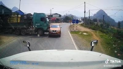 Pha xử lý khó hiểu của tài xế xe tải gây ra tai nạn