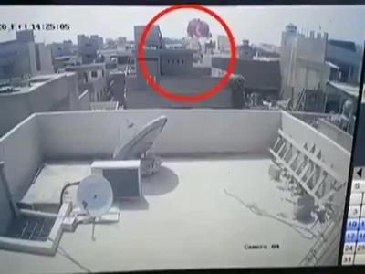 """Khoảnh khắc máy bay Pakistan chở 99 người nổ như """"cầu lửa"""""""