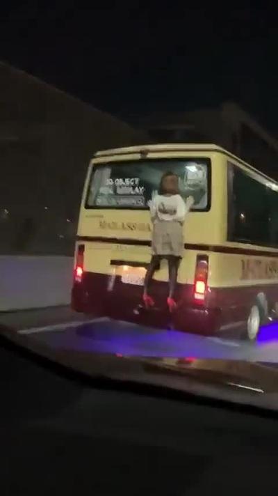 Hình nộm trang trí phía sau xe buýt khiến nhiều người đứng tim
