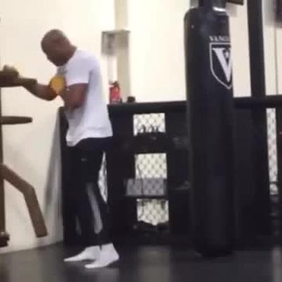 Anderson Silva tập luyện với mộc nhân