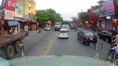 Bất chấp đúng sai, xe con lao sang làn đường ngược chiều, thách thức xe tải