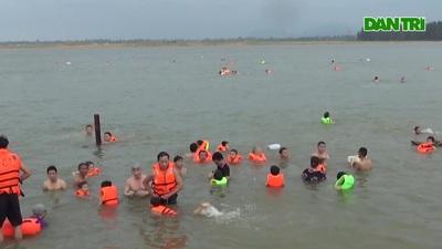 Người dân bất chấp nguy hiểm xuống sông Lam tắm mát