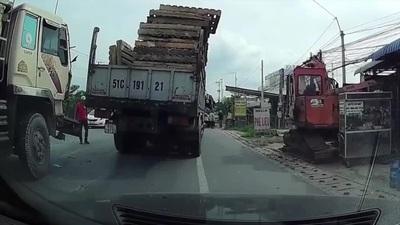 Điều gì xảy ra khi xe tải lớn phanh gấp?
