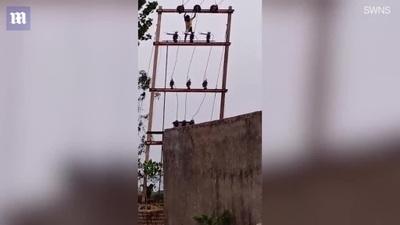 """""""Hết hồn"""" trước cảnh bé trai 5 tuổi trèo lên cột điện cao thế để ngắm cảnh"""