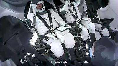 Các phi hành gia tập luyện trước khi được phóng lên vũ trụ bằng Crew Dragon