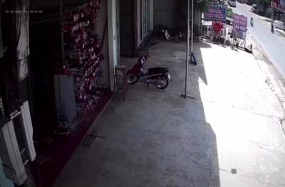 Tài xế quên phanh tay, ô tô tự lùi ra đường rồi lại tự lùi vào chỗ đỗ