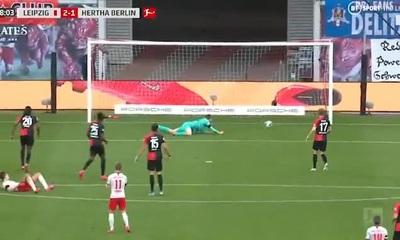 Bắt bóng thảm họa, thủ thành Hertha Berlin khiến đội nhà suýt thua