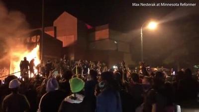 Người biểu tình chiếm đồn cảnh sát Mỹ, ông Trump dọa quân đội sẽ nổ súng
