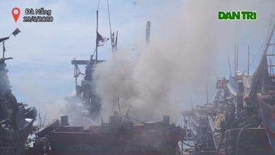 Tàu cá bốc cháy ngùn ngụt ở âu thuyền Thọ Quang