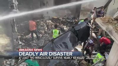 Lực lượng cứu hộ tìm kiếm thi thể nạn nhân trong vụ máy bay rơi