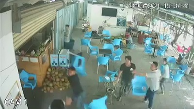 Clip chủ quán cà phê bị đánh tới tấp