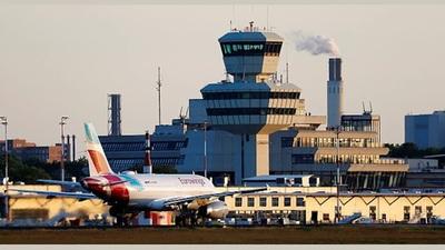 Máy bay đi gần tới nơi, biết tin sân bay đóng cửa phải quay đầu trở lại