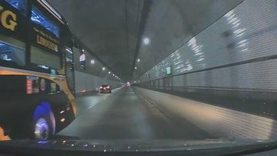 Phẫn nộ xe khách bóp còi, phóng nhanh và chèn ép xe nhỏ trong hầm