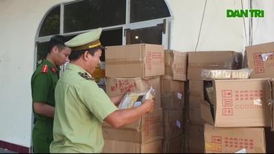 """Phú Yên: Tạm giữ xe container chở hàng trăm thùng bánh kẹo """"lậu"""""""