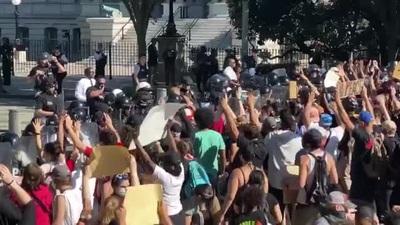 Người biểu tình tụ tập trước Nhà Trắng, căng thẳng leo thang