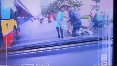 Ô tô bị vạ lây vì phanh gấp tránh xe máy ngã ra đường sau va chạm