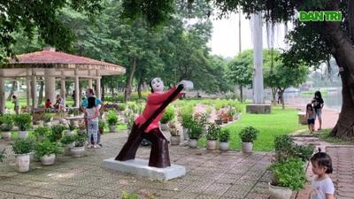 """Sau ồn ào màu sắc, tượng trong Công viên Thống Nhất lại được """"thay áo"""" mới"""