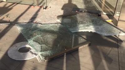 Khung cảnh tan hoang tại một cửa hàng Apple Store sau khi bị đập phá