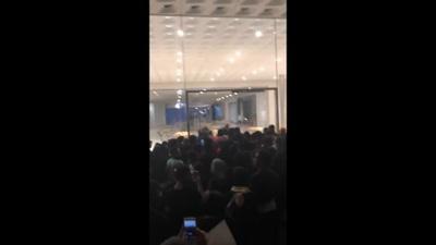 Những kẻ biểu tình quá khích phá cửa Apple Store và lấy cắp sản phẩm