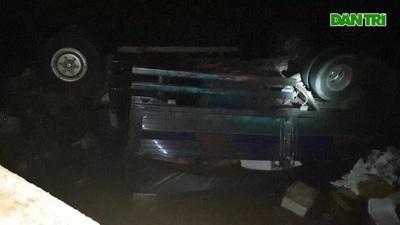 Xe tải chở trái cây lao khỏi cầu khiến hai người tử vong