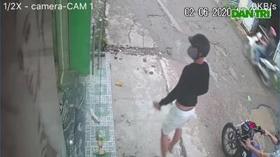 Thanh niên trộm xe máy xịt hơi cay vào mặt chị B.L. Clip nạn nhân cung cấp