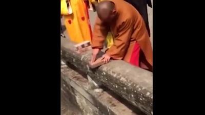"""Sử dụng """"Nhất Dương Chỉ"""" để phá gạch, võ sư Thiếu Lâm trở thành trò cười"""