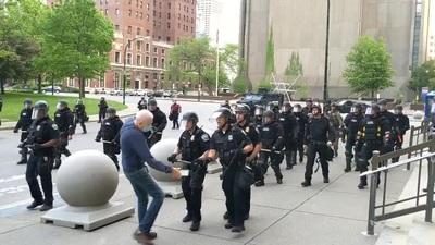 Video cảnh sát Mỹ xô người biểu tình 75 tuổi ngã đập đầu bất tỉnh