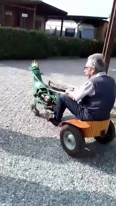 Chết cười với kiểu dáng độc đáo của chiếc xe máy kéo tự chế