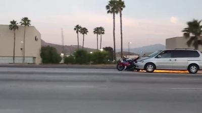 Ô tô ủi theo xe mô tô trên đường cao tốc sau khi gây ra tai nạn