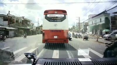 Phẫn nộ xe khách chèn ép, quyết không nhường đường cho xe cứu thương