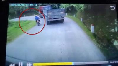 Xe máy suýt lao xuống vực vì vượt xe container ngay khúc cua gấp