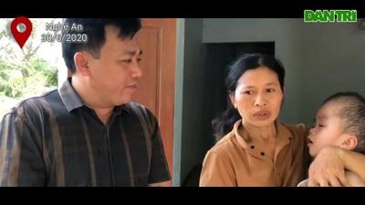 Cám cảnh người mẹ nghèo ôm con bị bệnh não úng thuỷ xin ăn từng bữa.