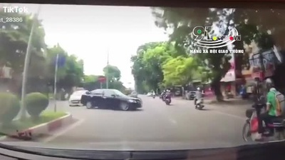 Ô tô drift như… phim hành động, quật ngã người đi xe máy rồi bỏ chạy