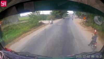 Thót tim với tình huống người đi xe máy đột ngột dừng lại trước đầu xe tải