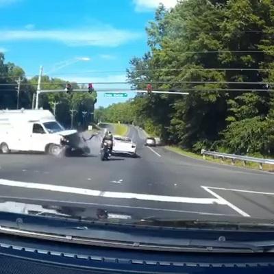 Thanh niên chạy phân khối lớn thoát vụ tai nạn một cách khó tin