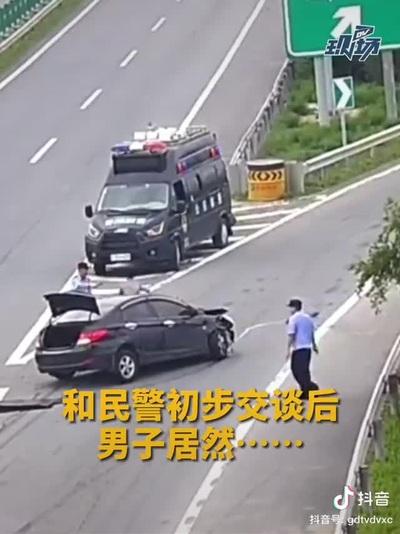 Tài xế cướp xe cảnh sát để bỏ trốn sau khi gây tai nạn