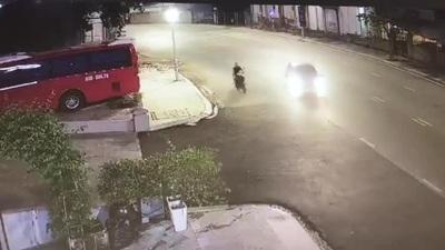Rẽ không quan sát, ô tô gây tai nạn cho người đi xe máy